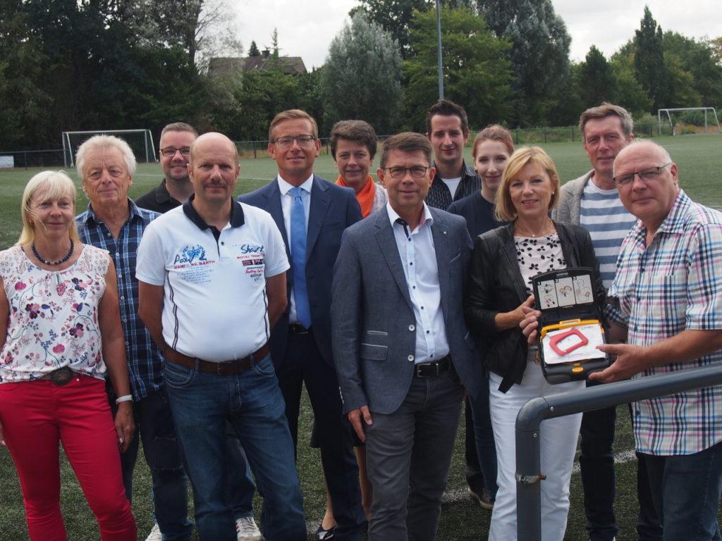 Bürgerstiftung EmscherLippe-Land übergibt Defibrillator an den DJK SV Grün-Weiß Erkenschwick