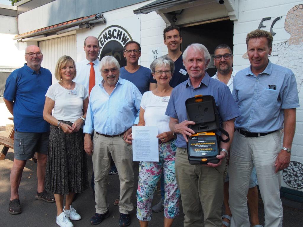 Tradition wird weiter fortgeführt: Bürgerstiftung EmscherLippe-Land übergibt Defibrillator an den FC 26 Erkenschwick