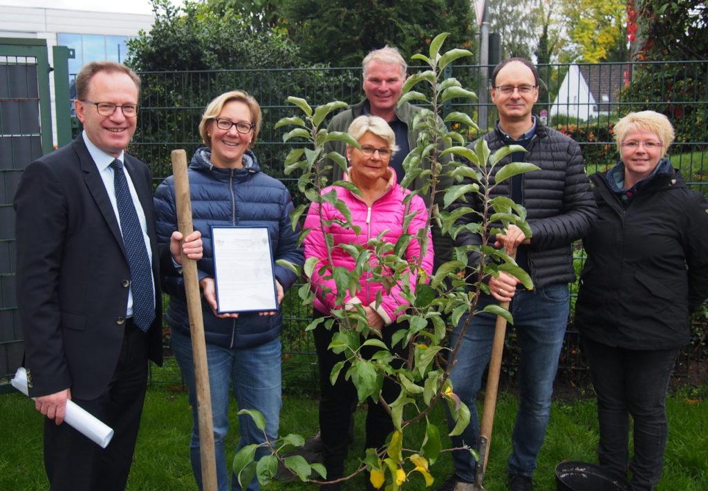 Nach Umbauarbeiten bekommt der Kindergarten St. Placida einen Apfelbaum von der Bürgerstiftung EmscherLippe-Land