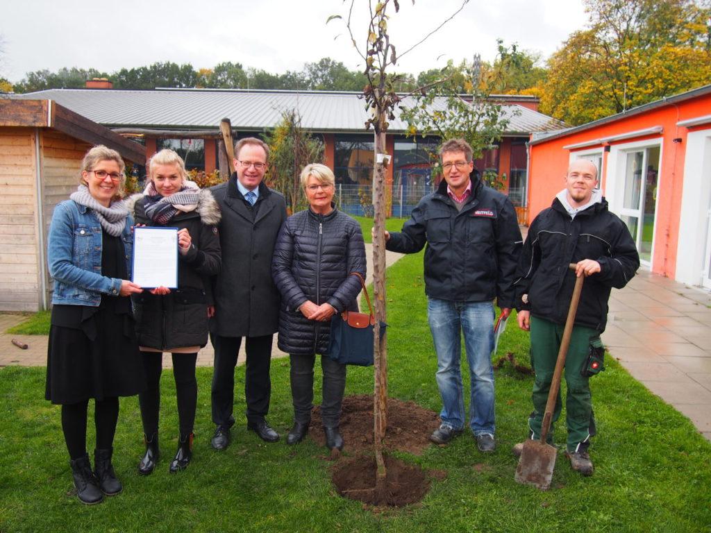 Waldnahe Kita der Lebenshilfe pflanzt Birnenbaum mit der Bürgerstiftung EmscherLippe-Land