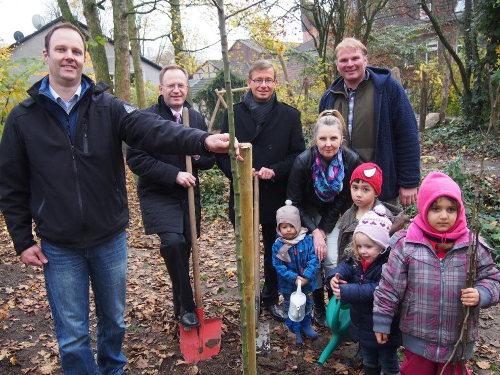 Bürgerstiftung EmscherLippe-Land pflanzt Stiftungsbaum im Kindergarten St. Amandus
