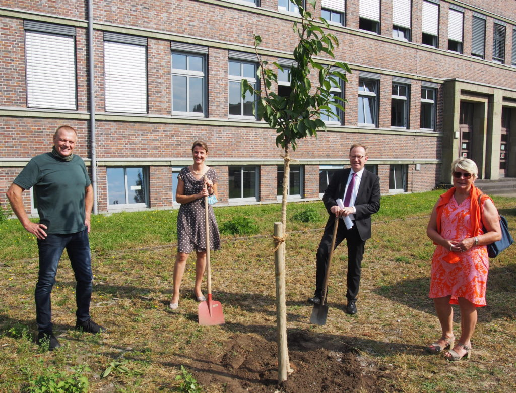 Lippe Berufskolleg erhält für ihren Nutzgarten einen Kirschbaum von der Bürgerstiftung EmscherLippe-Land